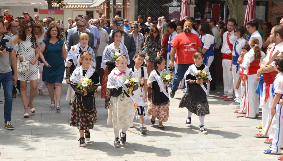 L'entrada de les pubilles i les autoritats a l'ofici de Sant Pere.