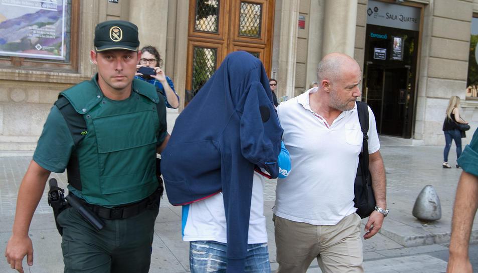 Un dels detinguts en el registre a un habitatge de la plaça de la Llibertat de Reus.