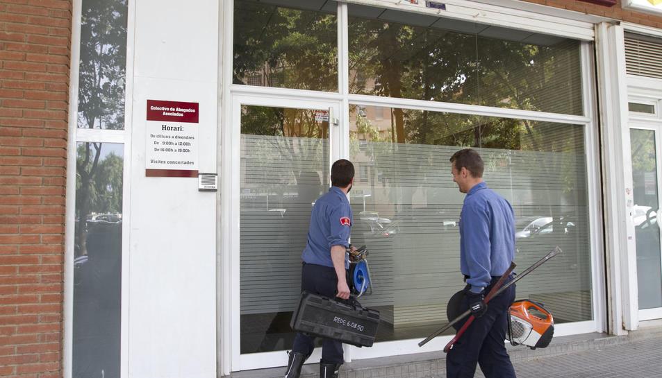 Bombers entrant a les oficines de Colectivi Barcelona Abogados a Reus per obrir una caixa forta.