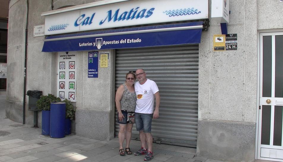La Rosa i en Matías davant de l'establiment.