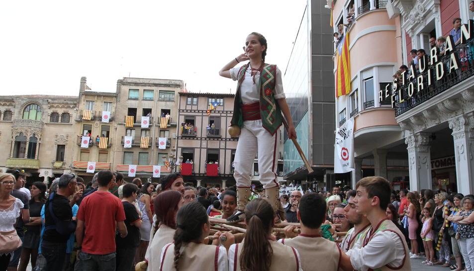 Els elements del seguici festiu ballaven a la plaça del Mercadal i pels carrers de la ciutat en l'últim dia de festivitat, a l'espera que s'acabés el dia amb la darrera Tronada de la jornada.