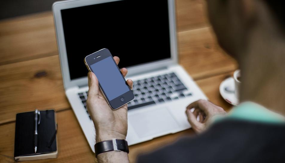 El detingut, a través del servidor de correu electrònic, enviava e-mails.