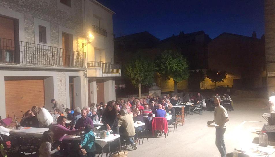 Sopar dels veïns de Conesa al Pati per Sant Joan.