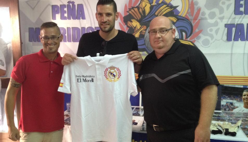 El regidor d'Esports, a la dreta, i un penyista, al costat de Casilla