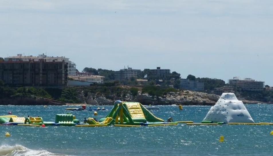 Una plataforma amb inflabes es torna a instal·lar a la platja de Llevant