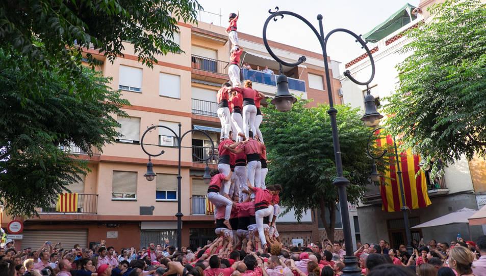 4de8 amb el pilar de la Colla Vella de Valls a la diada de Sant Pere al Serrallo.