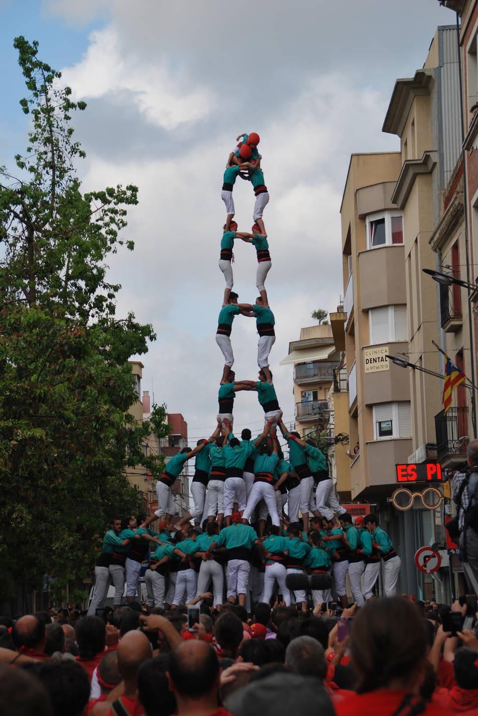 2de9 amb folre i manilles dels Castellers de Vilafranca a la diada Jan Julivert del Vendrell.
