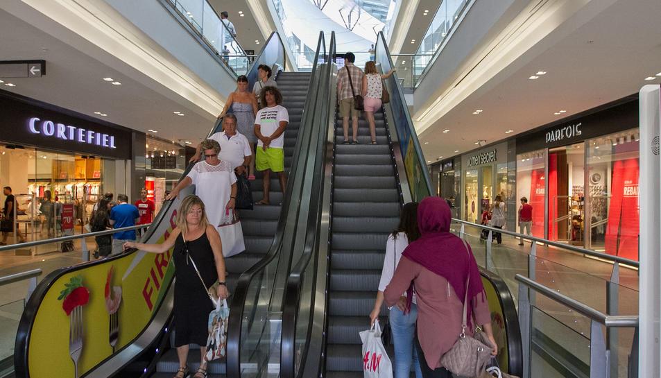 El centre comercial va registrar més compradors que els comercços de la ciutat.