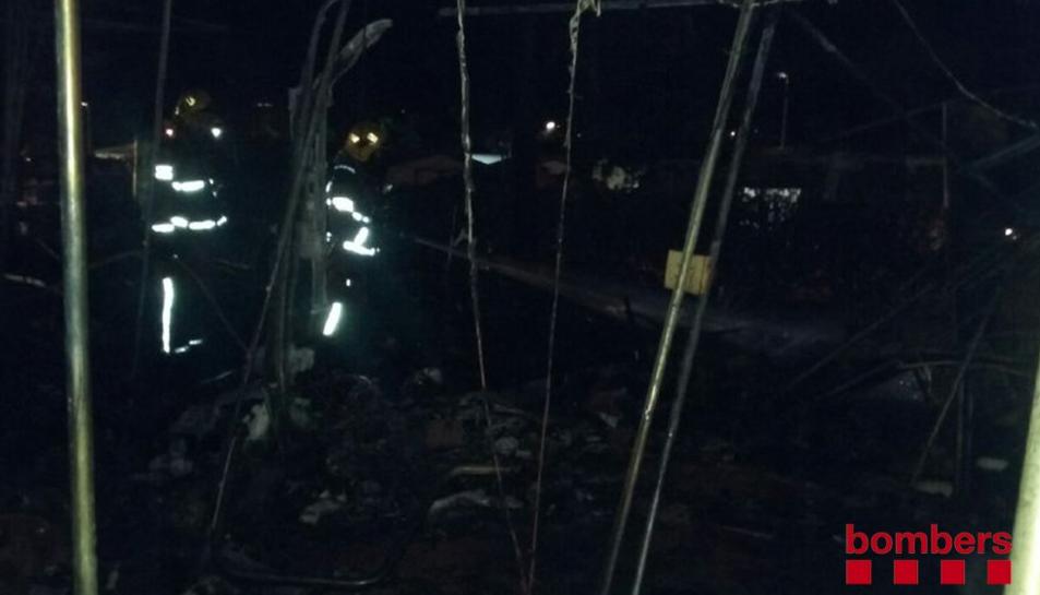 L'incendi va cremar dues caravanes del càmping.