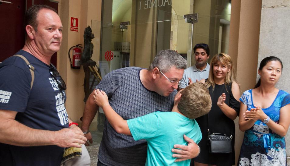El responsable de Pirotècnia Valenciana celebrant amb el seu fill la victòria.