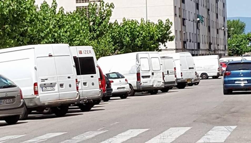 Algunes de les furgonetes estacionades a la plaça