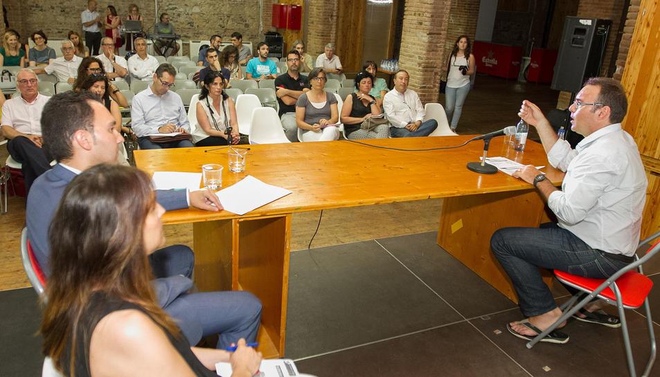 La Taula va aplegar polítics i tècnics dels ajuntaments i representants d'entitats socials i empreses.