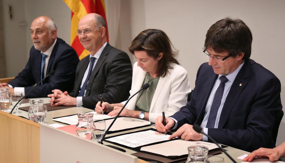 El president i Cristina de Parias signant el conveni Autor:Jordi Bedmar