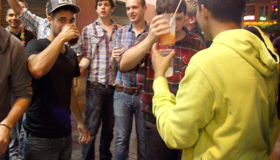 Imatge d'arxiu de joves bevent al carrer.