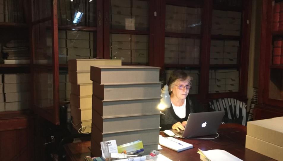 La professora Coral Cuadrada treballant en la digitalització i estudi del fons.