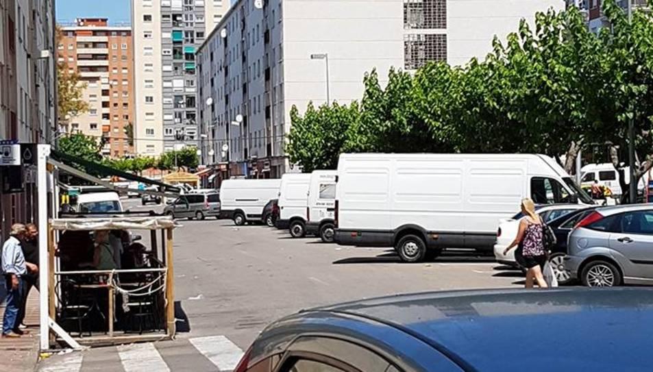 Les furgonetes dels romanesos, on alguns d'ells dormen.