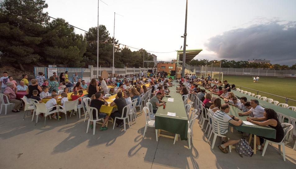 Imatge de les taules disposades a la zona del camp de futbol per a celebrar la festa de l'entitat.