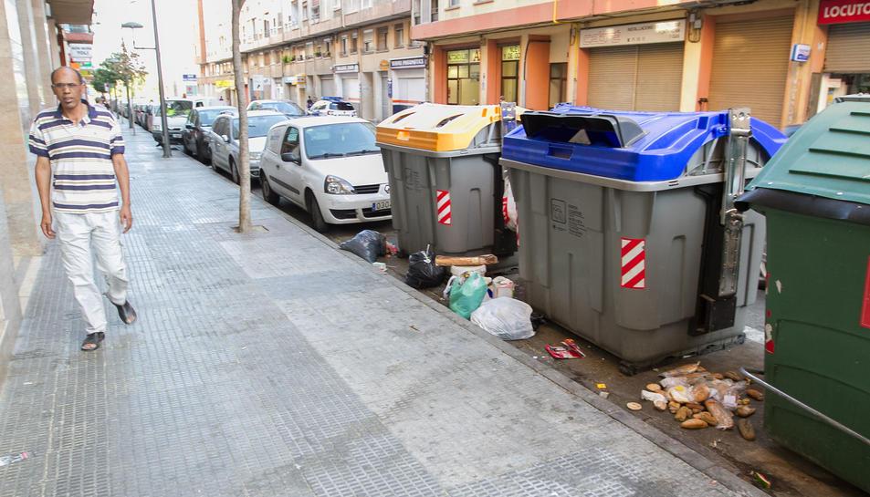 Els contenidors del carrer de l'Escultor Rocamora estan envoltats de brossa gairebé cada dia.