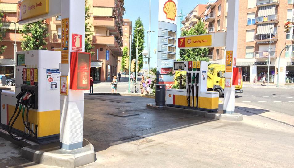 L'home va intentar enganyar al treballador de la benzinera perquè l'atengués més ràpidament.
