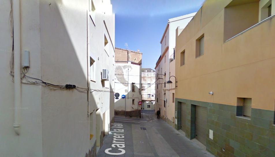 L'immoble està situat al carrer la Vall de Móra d'Ebre.