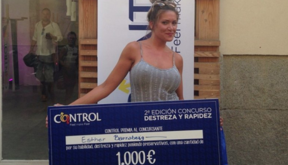 La jove Esther Barrabeig amb el seu premi de 1.000 euros.