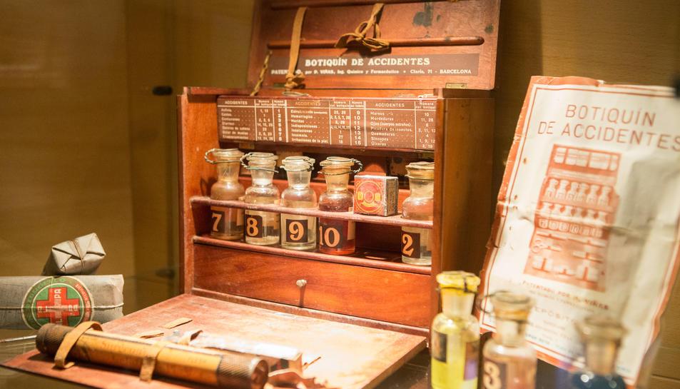 Una de les farmacioles portàtils que es pot veure a l'exposició.