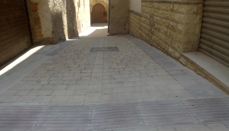 Imatge de les rajoles col·locades a un dels carrers del municipi