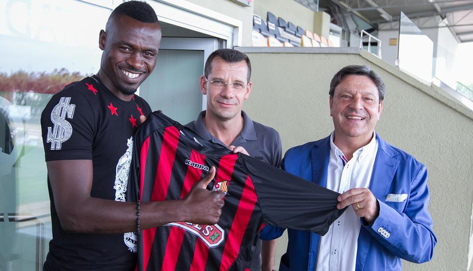 D'esquerra a dreta, el futbolista, el director esportiu i el president.