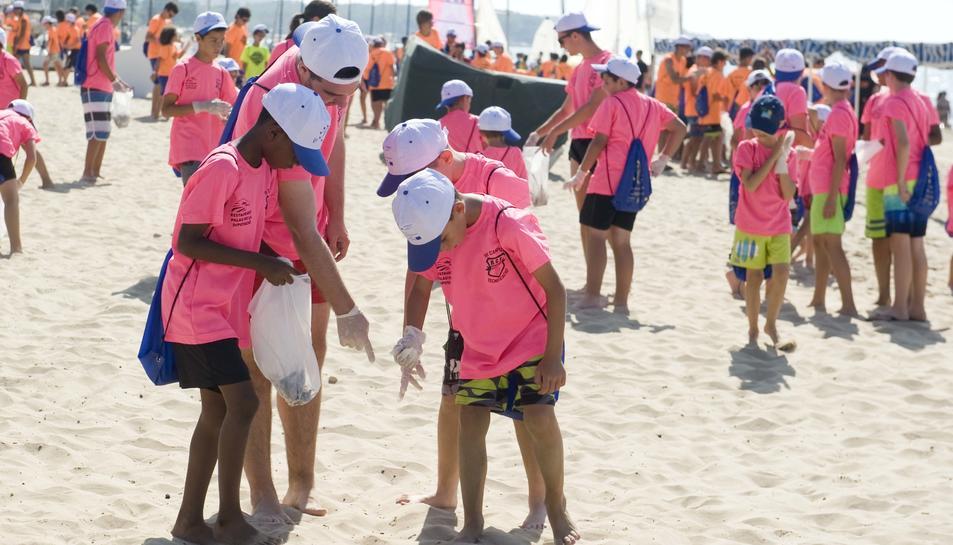 Mare Terra Fundació Mediterrània celebra una nova edició del 'Dia de neteja de la platja'. Amb aquesta nova actuació, que pretén conscienciar la ciutadania sobre la importància de respectar el litoral, es compleixen 25 anys de defensa del medi ambient.