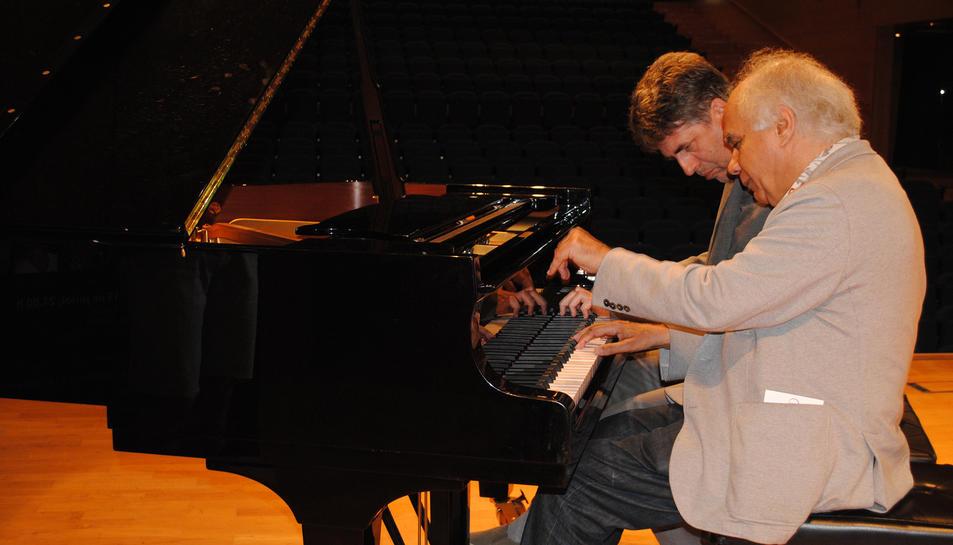 Pierre Reach i Karst de Jong tocant el piano.
