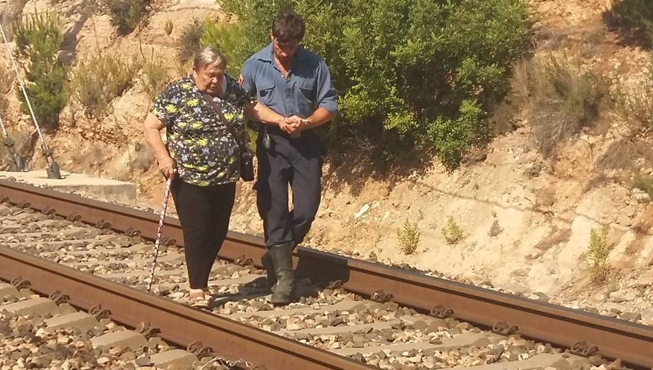 Imatge d'una dona acompanyada després de ser evacuada del tren a causa de l'avaria.