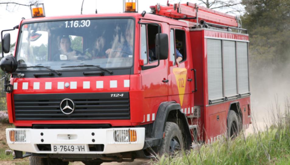 L'incendi està cremant una caseta de camp i un dipòsit de gasoil que estan propers a una granja