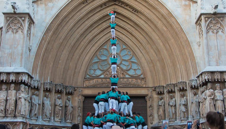 Pilar de 8 amb folre i manilles dels Castellers de Vilafranca a la diada del Pla de la Seu.