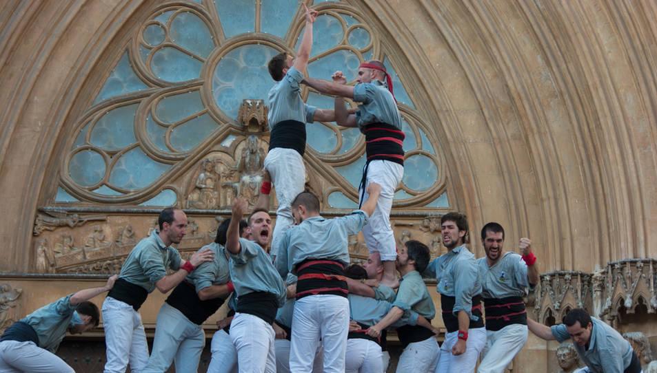 Celebració dels Castellers de Sants després de descarregar el 2de9 amb folre i manilles a la diada del Pla de la Seu.