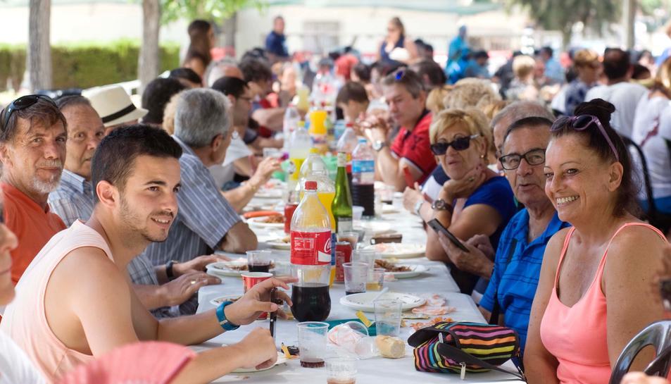 Fideuada de la fiesta de barrio del Parc Riu Clar i Mongons