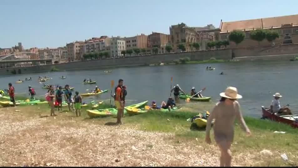 El Ebro protesta contra el Plan Hidrológico con una piraguada