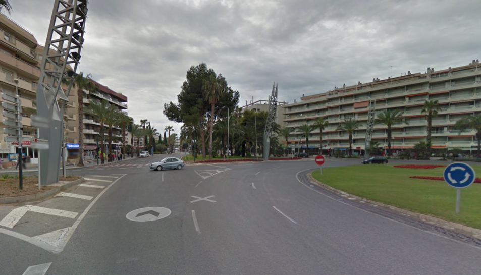 Imatge del plaça amb els apartaments al fons.