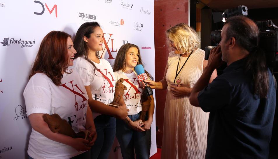 María Ruiz, premi Simpatía XL, contestant a una entrevista després del certamen.