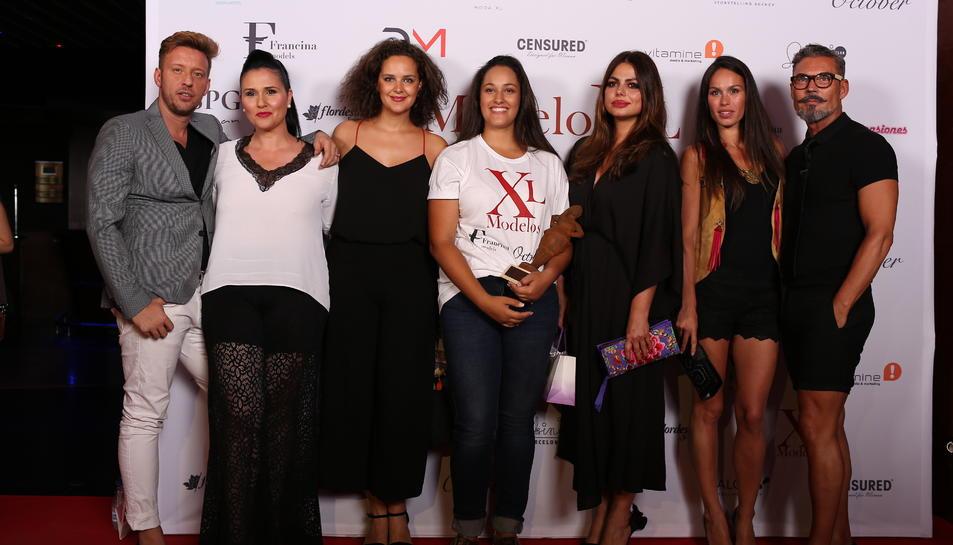 Iraya Villaba, al centre, Model XL 2006, al centre amb membres el jurat