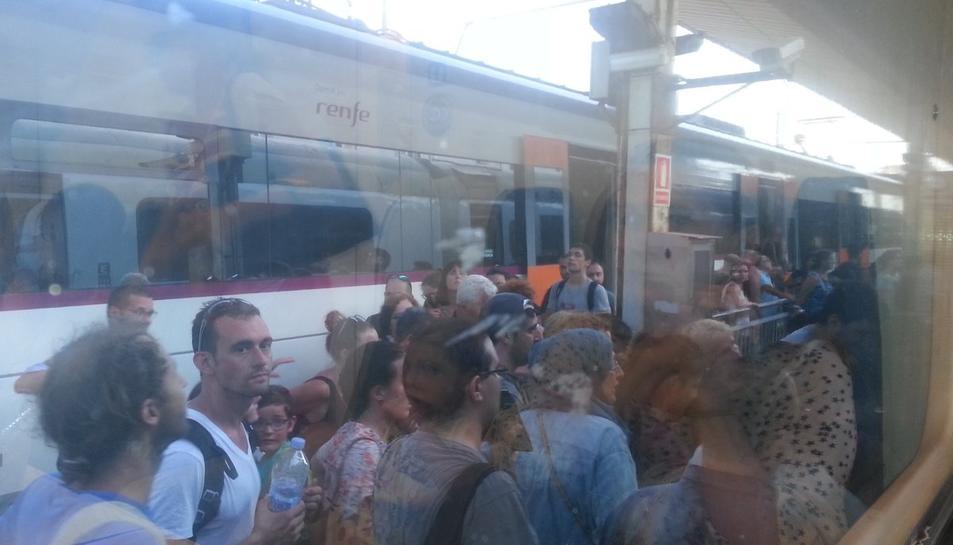 Els viatgers han hagut d'abandonar el comboi.