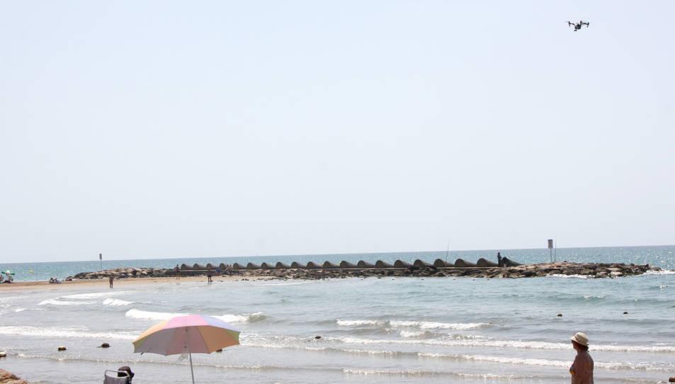 Un dron reforça la vigilància a les platges de Cunit