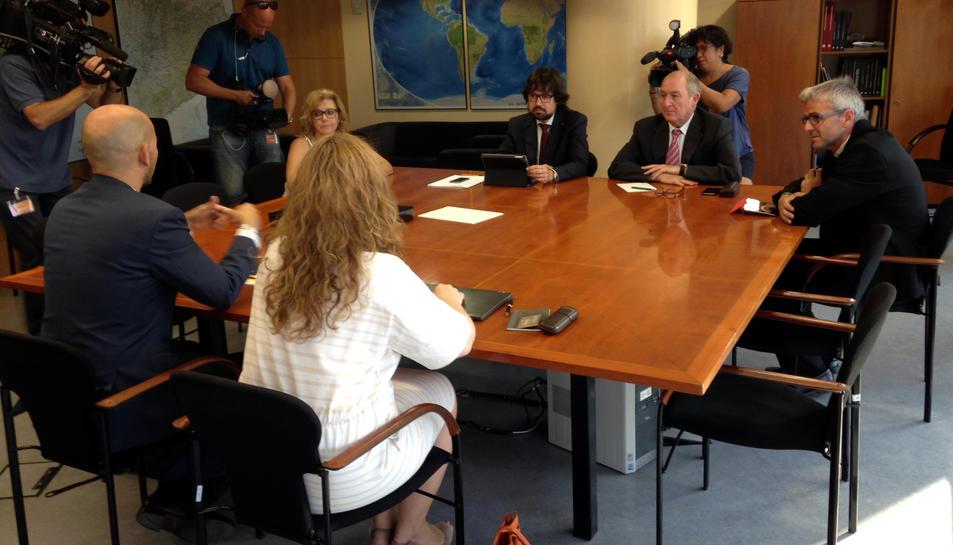 La comissió de seguiment entre l'Administració catalana i la direcció de Vueling, amb la presència del secretari d'Empresa i Competitivitat, Joan Aregio i el secretari d'Infraestructures i Mobilitat, Ricard Font (pla general horitzontal)