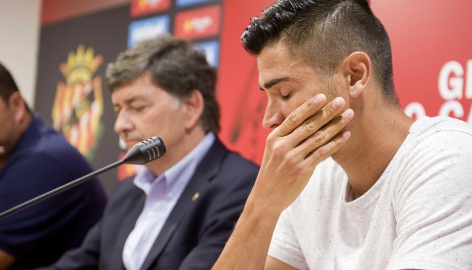 Xisco Campos, a la sala de premsa del Nàstic, mentre donava explicacions sobre la seva marxa. El futbolista es va emocionar en diverses ocasions.