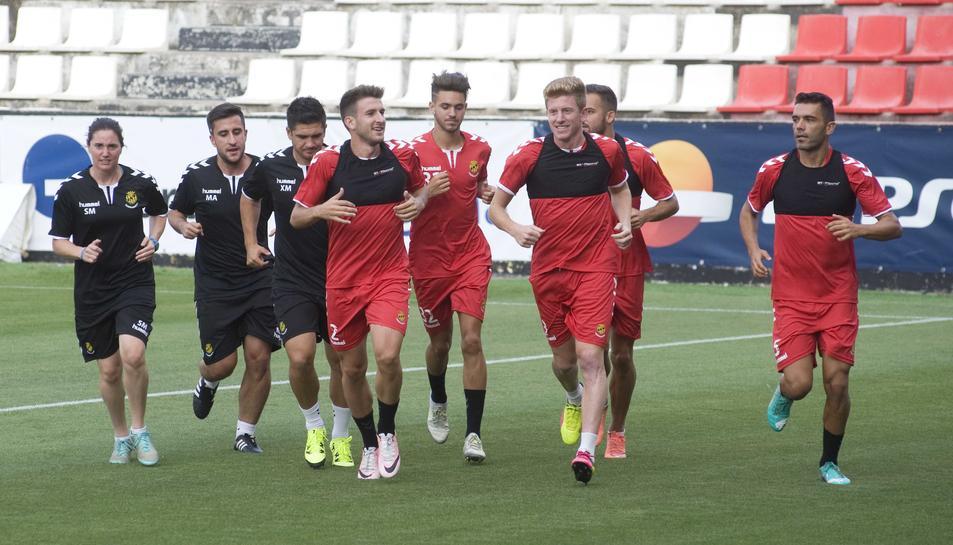 El cos tècnic i els jugadors, durant l'inici de la pretemporada. Gerard Valentín i Mossa, en primer terme.