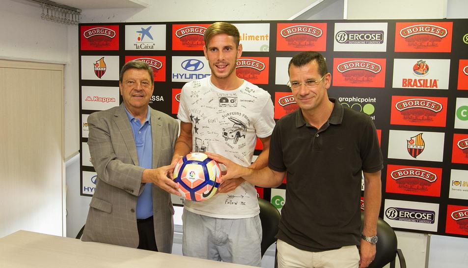 D'esquerra a dreta, Xavier Llastarri, David Querol i Sergi Parés, durant la presentació del futbolista.