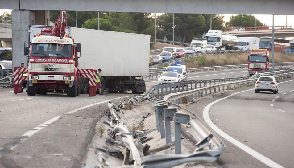 Imatge de camió accidentat a l'A7 aquest dimarts al matí.