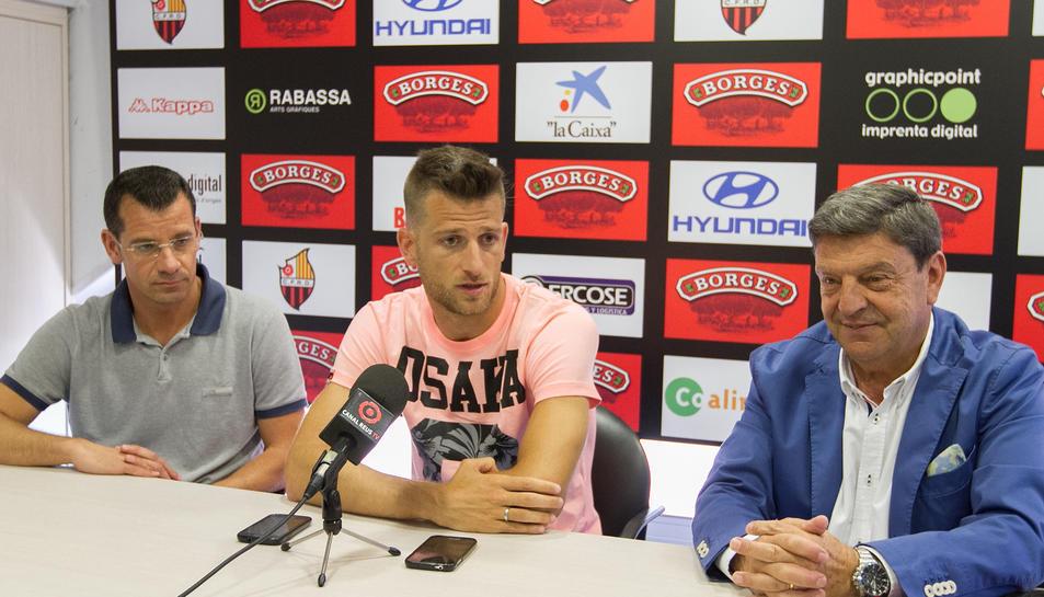 D'esquerra a dreta, el director esportiu, Sergi Parés; el futbolista; i el president, Xavier Llastarri, durant la presentació.