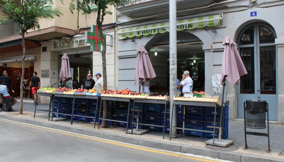 Els veïns del centre denuncien l'ocupació a la via pública de les fruiteries