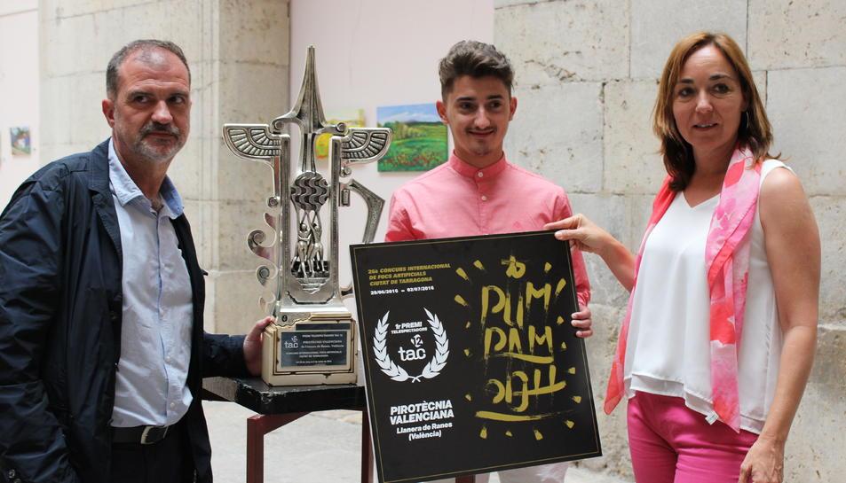 El director de TAC12, el representant dela pirotècnia i la regidora Begoña Floria.