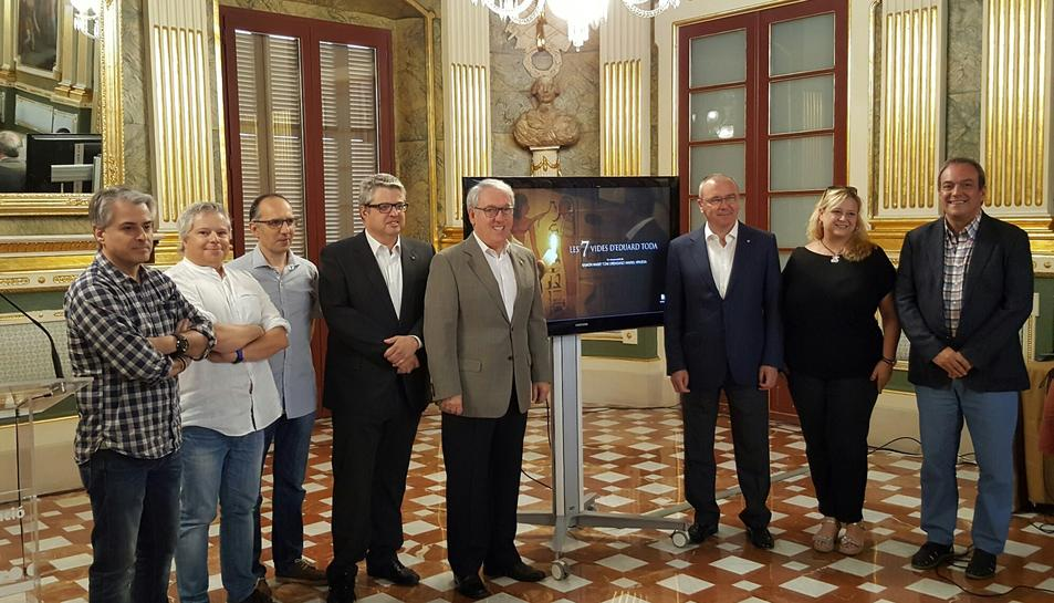 Imatge de la presentació, amb les autoritats i els autors del documental.